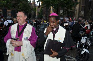 Domkapitular und Bischof
